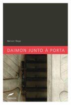 DAIMON JUNTO À PORTA